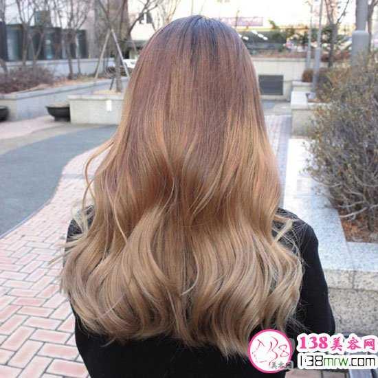 长发美女们在冬季选择这款卷发发型一定不出错的.图片